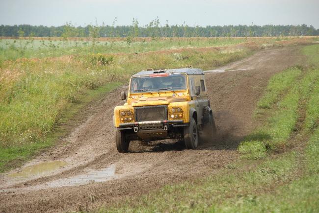 Будучи одним из главных фаворитов, Владислав Кущинский из-за постоянных проблем с турбиной его прототипа Land Rover в общем зачете идет лишь 6-м!