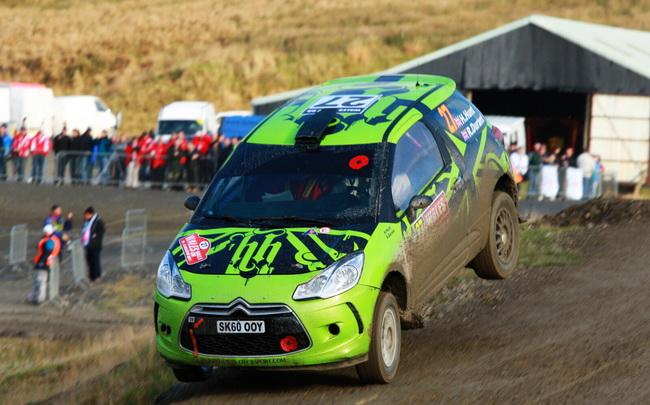 Гарри Хант выступает на моноприводном Citroen DS3 в P-WRC. Из-за проблем с турбиной на СУ12 он опустился с 8-го на 10-е место, пропустив вперед Кикирешко