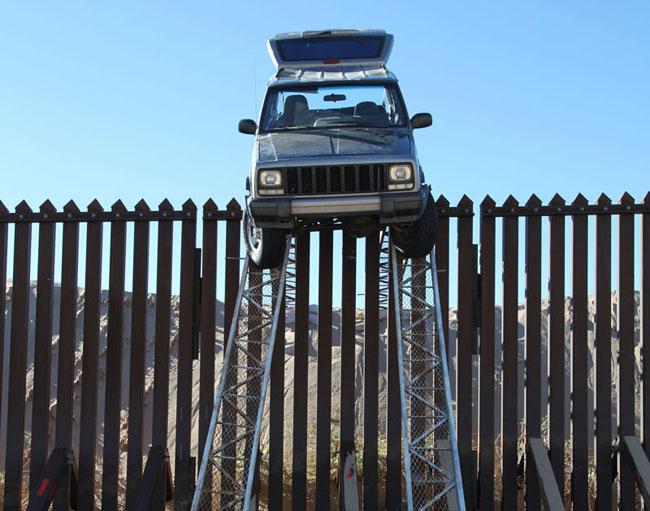 контрабандисты застряли на заборе на границе США