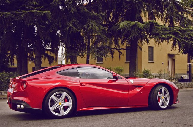 суперкар Ferrari F12 Berlinetta