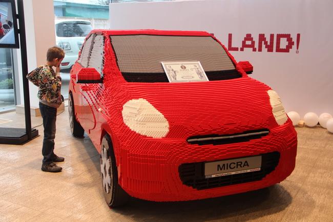 макет автомобиля Nissan Micra из конструктора Lego