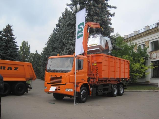 КрАЗ среди прочего представил мусоросборщик на шасси КрАЗ Н23.2