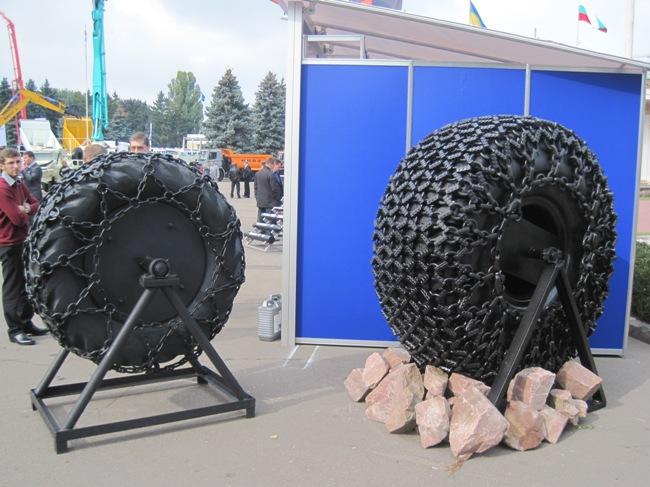Для огромных шин цепи противоскольжения тоже бывают