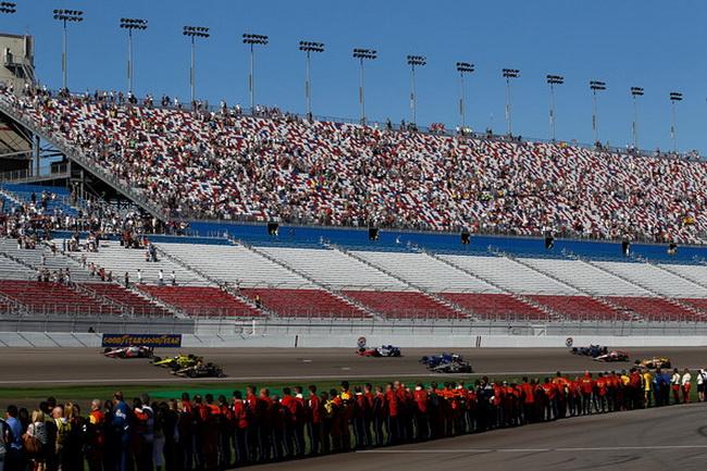 Оставшиеся гонщики проехали пять кругов почета в честь погибшего двумя часами ранее товарища
