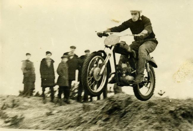 Многие автоспортсмены пришли в автоспорт из мотоциклетного - на фото Виктор Поваров, который также примет старт в старшей группе