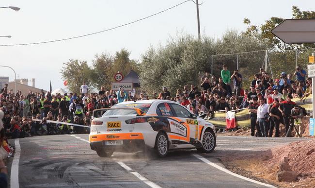 Родные стены в итоге не помогли Ксавье Понсу - действующий Чемпион S-WRC очевидно безжалостно срезая повороты пробил три колеса за утро и сошел!