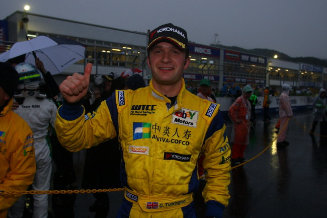 ... что не помешало Теркингтону, выступая на заднем приводе, победить во второй гонке, проходившей в сумерках!!!