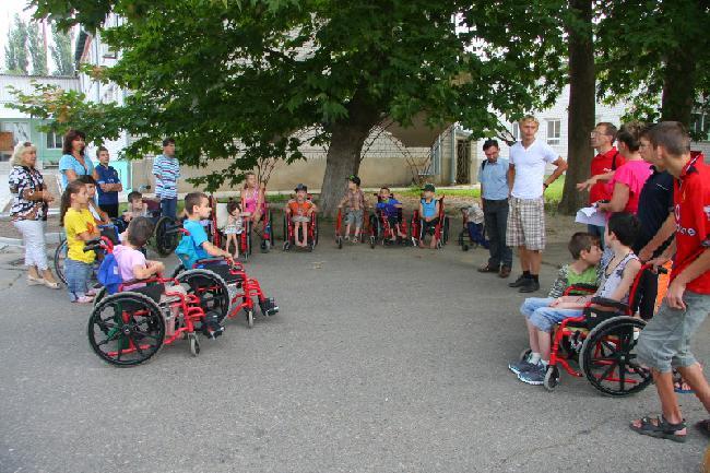 «АИС» и «Автоцентр» проведали детей-инвалидов