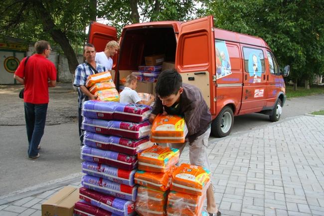 Разгружать подарки нам всегда помогали местные воспитанники.