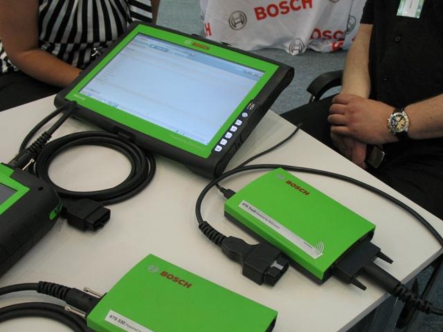 Тестер оснащается комплектов кабелей, он работает с фирменным планшетом Bosch