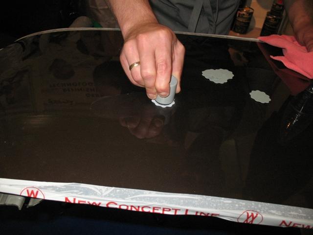 Если царапина неглубокая, то поверхность можно зачистить вручную