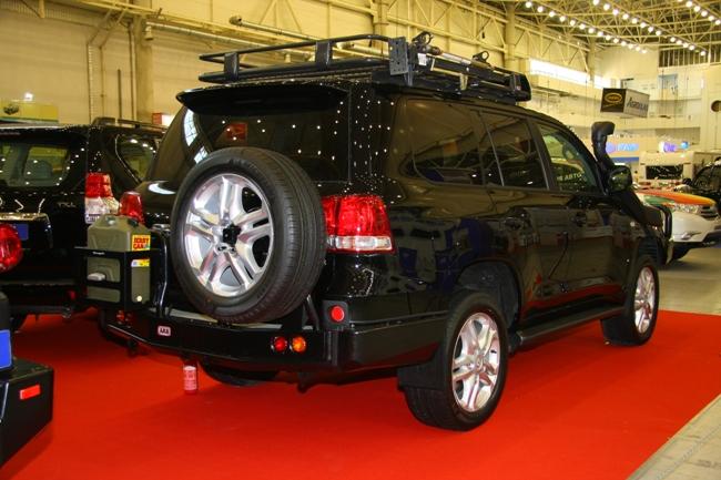 Силовые бамперы, хай-джек, лебедка и пр. - теперь это атрибуты Land Cruiser 200.