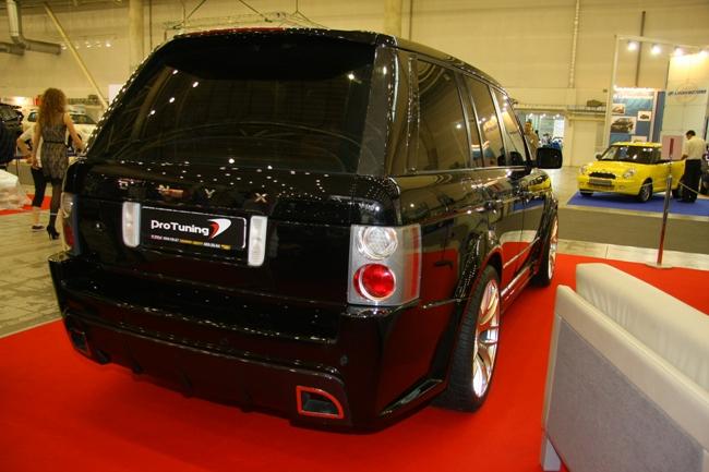 Range Rover в тюнинге с компонентами британского ателье Onyx: пластик, карбон, сетодиоды.