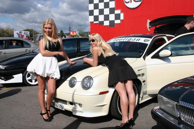 Черно-белый Jaguar всегда приезжает на Car&Tuning Show с очаровательными девушками.