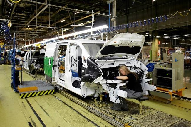Nissan запускает в серию второй электромобиль