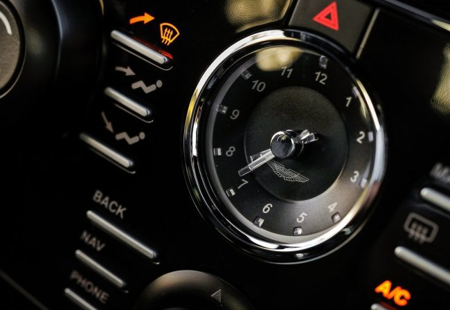 Aston Martin DB9 погрузился в карбон