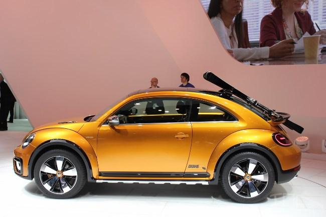 Пляжный Volkswagen Beetle идет в массы