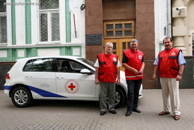 Новый Volkswagen Golf 7 передан в пользование Обществу Красного Креста Украины