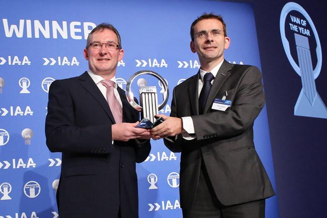 председатель жюри Джарлэта Свини (слева) президент компании Iveco Пьер Лахютт