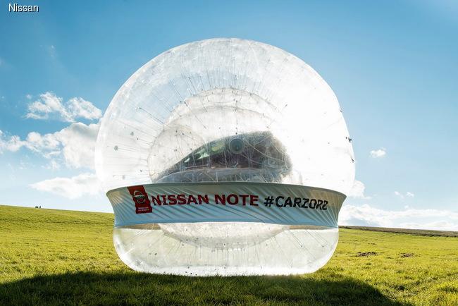 Nissan создал самый большой в мире зорб... с автомобилем внутри