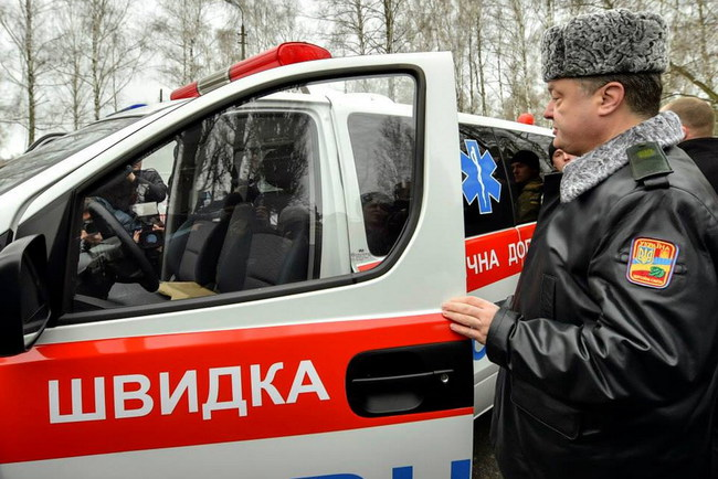 Петр Порошенко осматривает армейские автомобили