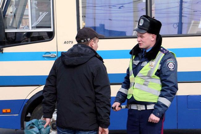 Пешеходов-нарушителей ГАИ сажает в автобус