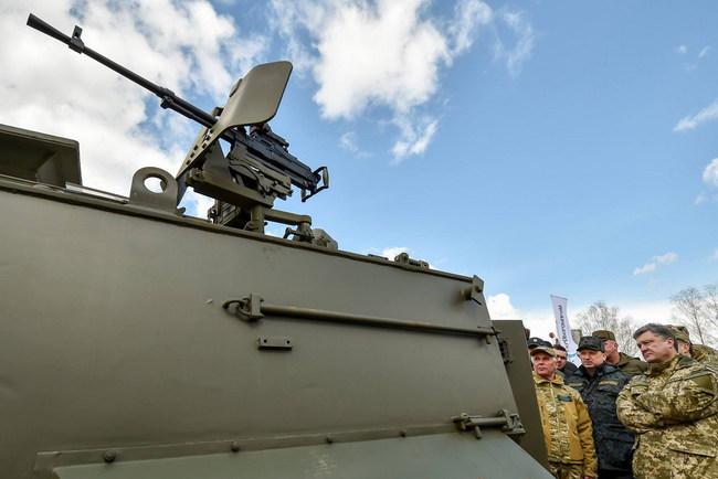 Петр Порошенко осмотрел новую военную технику