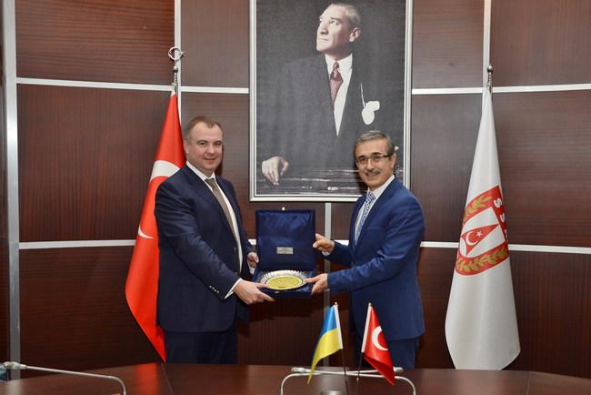 Первый заместитель секретаря СНБО Олег Гладковский во время подписания меморандума