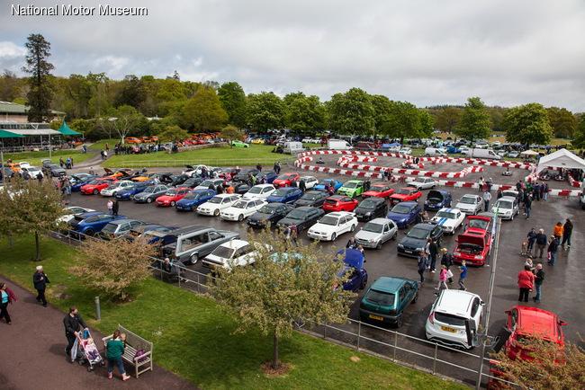 Более 1700 человек и свыше 900 автомобилей Ford собрались на слете, от классических моделей до современных спортивных машин.