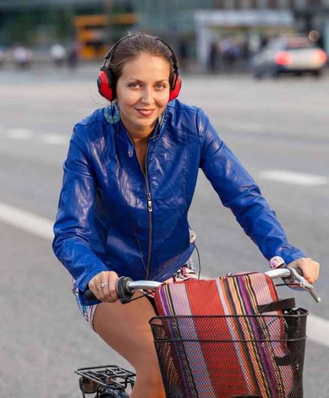 С 1 июля во Франции автомобилистам и велосипедистам запрещается использование наушников. Нарушителям грозит немаленьких штраф – в 135 евро.