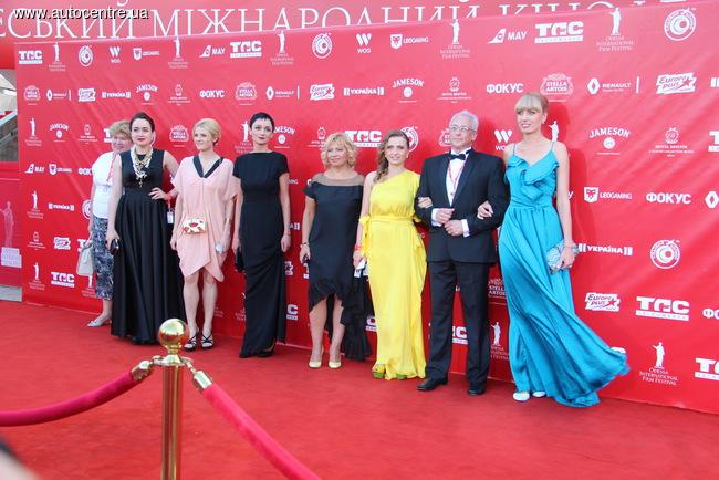 Кинокритик и киновед Алик Шпилюк в окруждении прекрасных дам.
