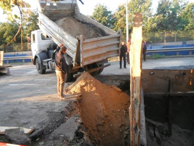 В Киеве провал асфальта парализовал движение