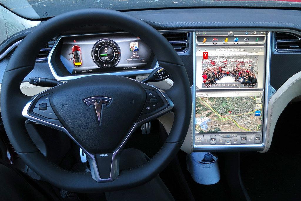 Tesla терпит убытки, но инвестирует в новинки