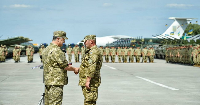Петр Порошенко передал военным 170 единиц техники