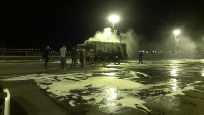 Сгоревший мусоровоз парализовал движение на мосту Патона