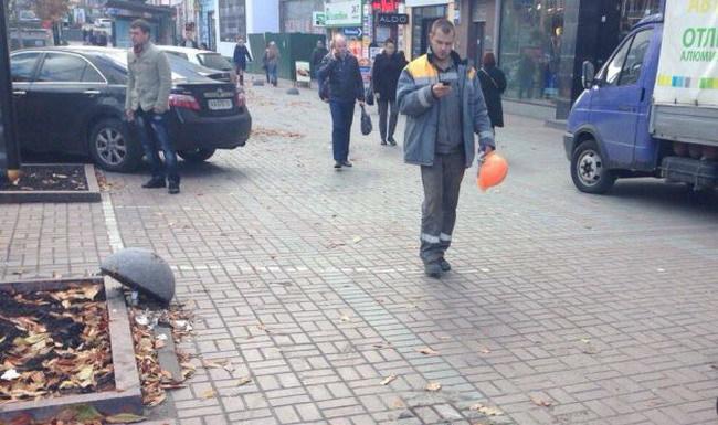 В самом центре Киева, на улице Крещатик были незаконно демонтированы бетонные сферы на тротуарах