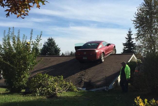Как Ford Mustang очутился на крыше дома