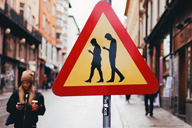 знак, предупреждающий о пешеходах с всевозможными электроными гаджетами