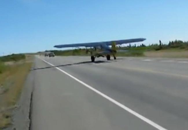 На Аляске самолеты взлетают с оживленного шоссе (+ВИДЕО)