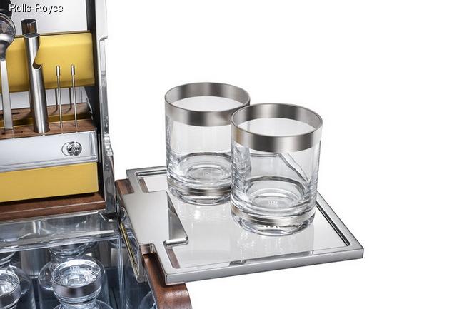 Элегантное посвящение традиции Cocktail Hour: лимитированная коллекция корзин для пикника от Rolls-Royce доступна в английском универмаге Harrods
