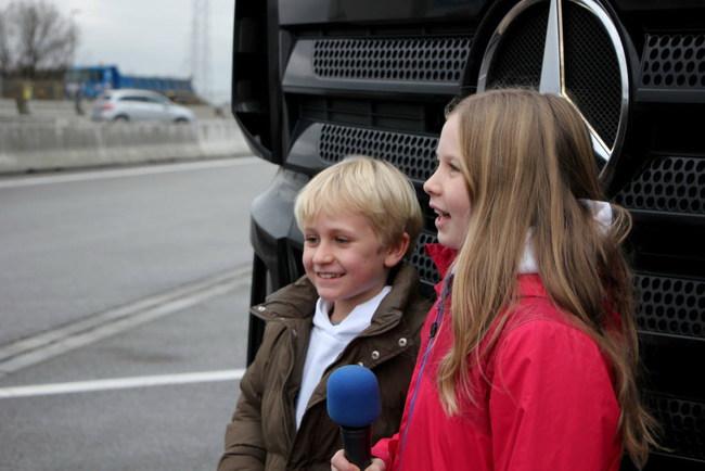 Автопилот на грузовике испытали дети