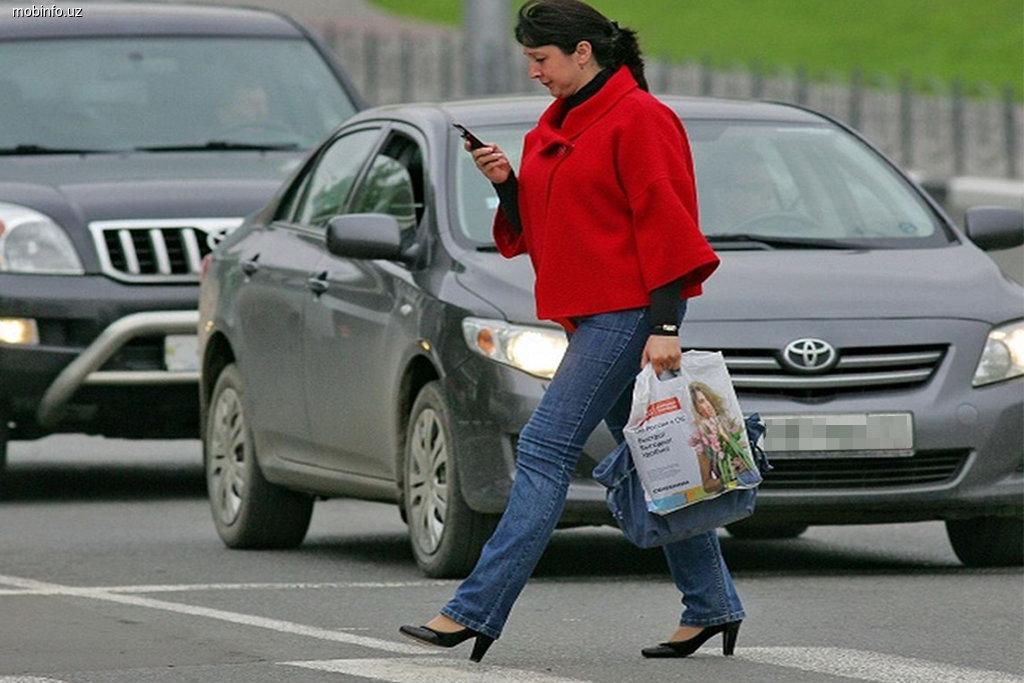 Пешеходов будут штрафовать за разговор по мобильному на проезжей части
