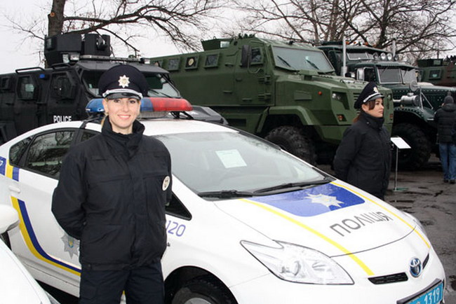 Глава Нацполиции ознакомилась с бронетехникой «АвтоКрАЗ»