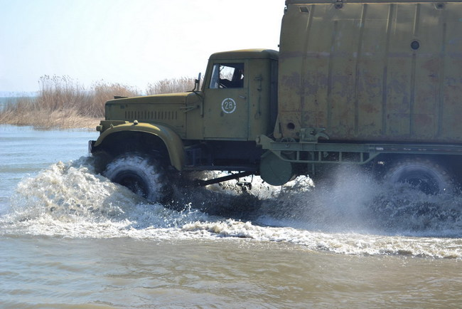 Как и на чем в Украине переправляют боевую технику?