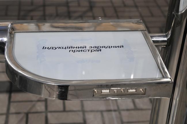 Кличко презентовал остановку на солнечных батареях и автобус для велосипедистов