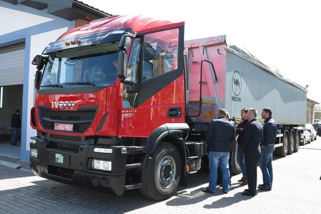 Автопоезд-зерновоз в составе тягача IVECO Stralis