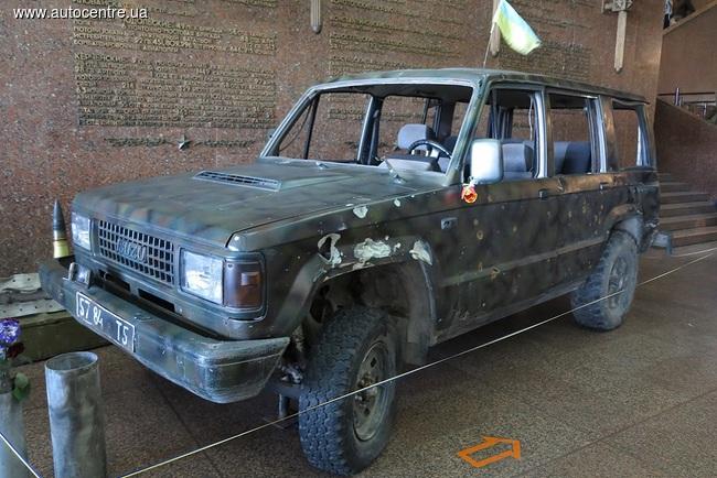 Автомобили-защитники аэропорта Донецка