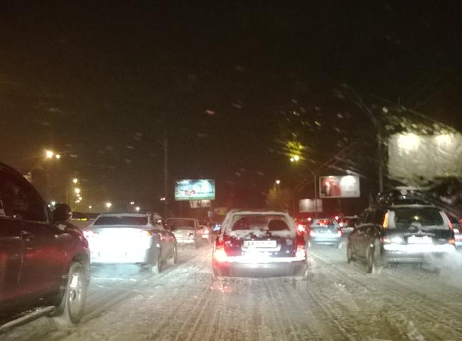 Киев «засыпало»: вечером 10-бальные пробки