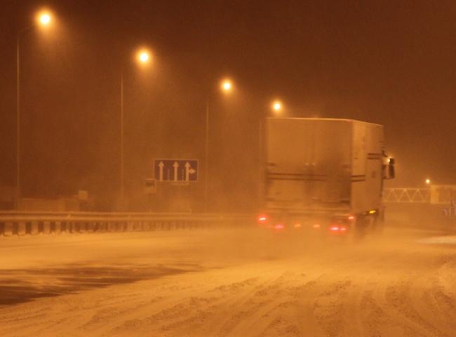 Ночной репортаж с заснеженных дорог Киевской области
