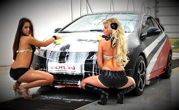 фото две девушки моют автомобиль